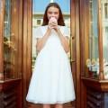 jasnokremowa sukienka z ozdobną koronką