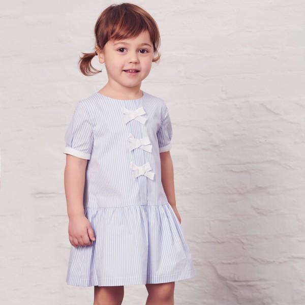 sukienka w niebieskie paseczki z kokardkami